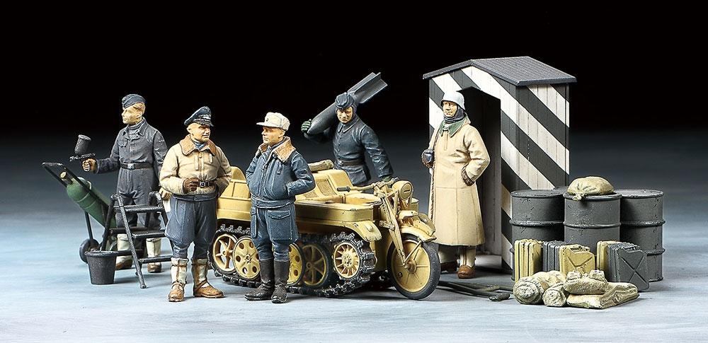 Tamiya 1/48 German Luftwaffe Crew (Winter) w/t Kettenkraftrad # 32412